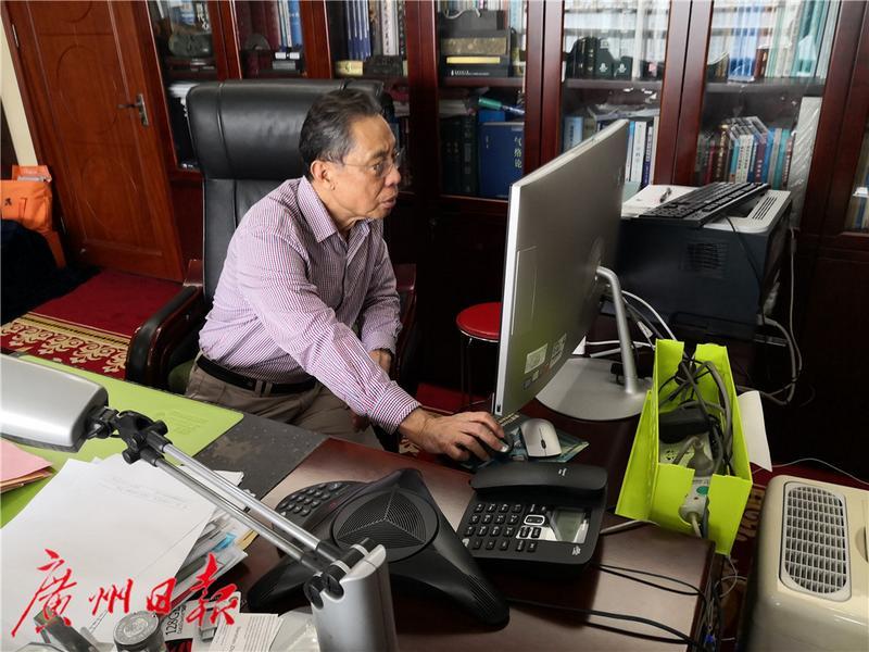 一大早,钟南山院士就来到位于广医一院的办公室工作。通讯员苏越明 摄