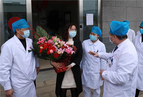 云南首例新冠肺炎治愈患者出院:配合医生治疗一定会好起来