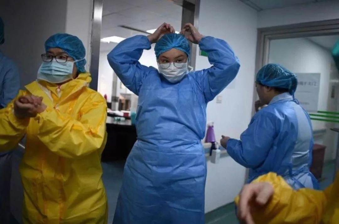 曙光医院诸玫琳(中间蓝色防护服)。