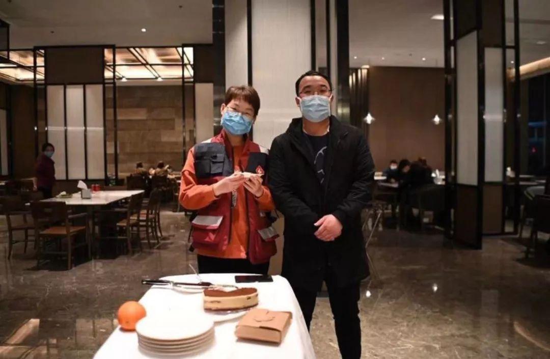 张明明(右)在帮队友在驻地过生日。
