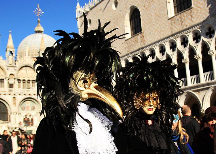 如今,威尼斯嘉年华游行中的鸟嘴面具