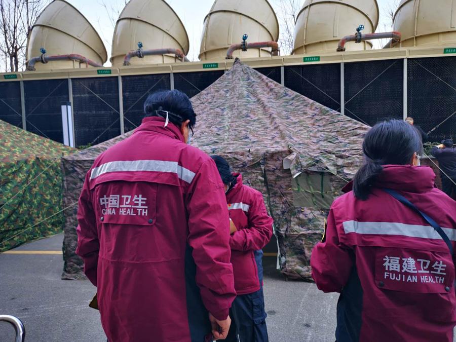 福建医疗队在下榻酒店处搭建了消毒帐篷,每天消毒后才回酒店。