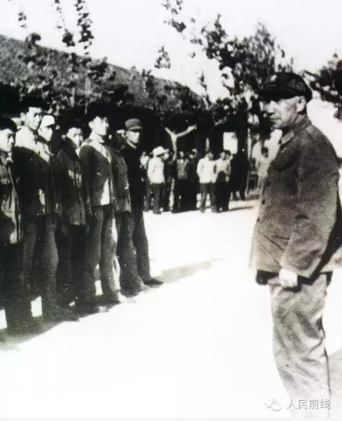 △粟裕将军看望角斜民兵   1975年 1965年春至1970年冬末春初,原图片