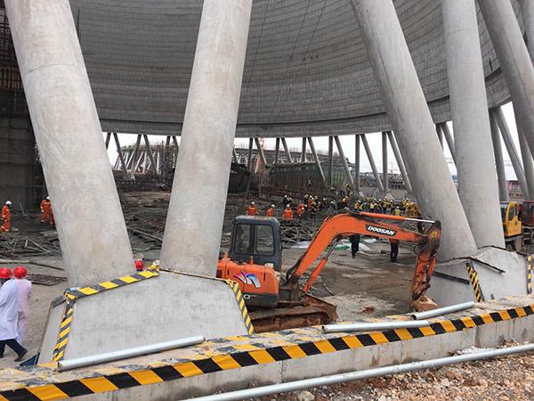 11月24日7时40左右,国电丰城电厂(江西省宜春市丰城市)3期在建项目冷却塔施工平桥吊倒塌,造成横板混凝土通道坍塌,作业面约68人。目前, 事故死亡人数已上升至40余人,救援仍在紧张进行中。(直播信号:新华社,中央电视台)