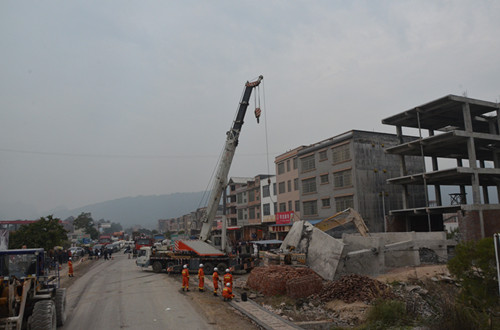 广西贺州一挖掘机拆楼时房体楼面突然倒塌司机