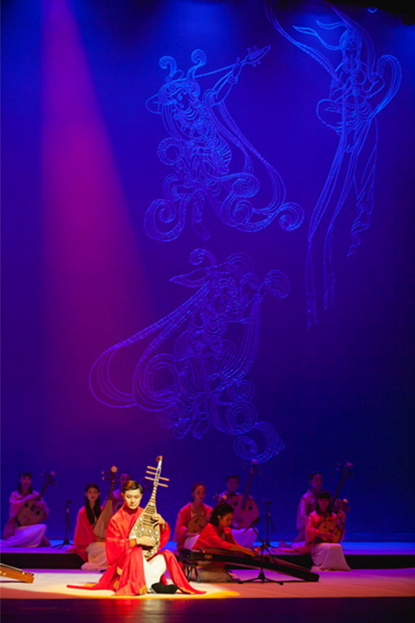 《大音华章》是上海民族乐团近年来重点打造的原创力作。音乐会解析了中华民族音乐传承发展的脉络和艺术特色。在灵活运用声光电等多媒体手段的同时,注入了浓郁的人文色彩,将一首首曲目转化成艺术化的故事,将中国传统音乐天生就有的场景感和画面感,展现得淋漓尽致,不仅有意境也有留白,催化观众去欣赏理解旋律中的深意,也让看似遥远的古典文化更加具象,贴近现代。此次,在国家艺术基金的资助下,乐团特别打造了巡演版,从2016年4月开始,陆续在上海、厦门、常州、昆山、福建、南京、张家港等城市巡演,让更多观众感受到民族音乐当代发展的