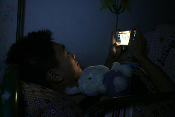 """一人户占比达14.92%,""""空巢青年""""称最好的伙伴是手机-少年中国评论"""
