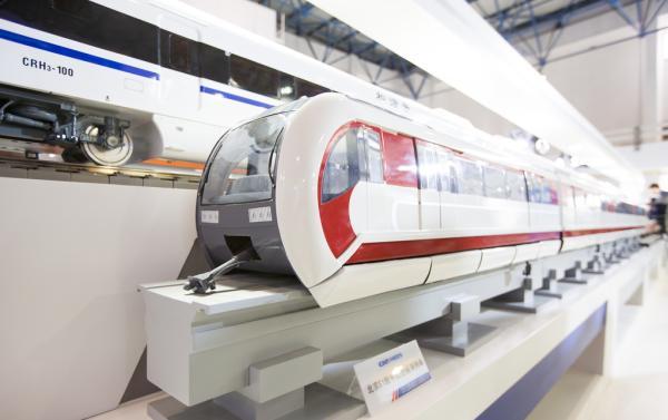 """10月28日,北京地铁S1线""""玲龙号""""磁浮列车亮相第十二届中国国际图片"""