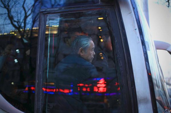 老人们告诉记者,他们之所以选择河北的养老机构,首要是看环境、交通和地理位置,其次是看养老和医疗服务,最后是价格因素。北京市民政局的统计数据显示,截至2015年底,北京市60岁及以上的户籍老年人口约315万,常住老年人口340.5万;预计到2040年,北京市老年人口将达到600多万的峰值,且持续高位保持不少年头。据估算,目前需要进入机构养老的北京老人就有12万左右,每年还在增加,而目前北京现有养老机构床位约10.