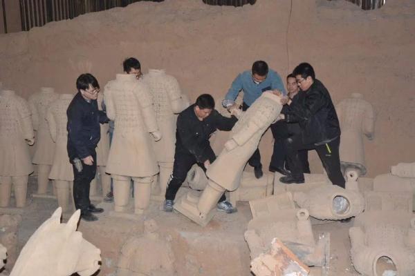 """西安连夜销毁40余个""""山寨兵马俑"""""""