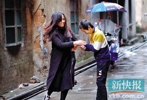 带着自闭症弟弟上班半年,广东21岁女代课老师面临失业困境