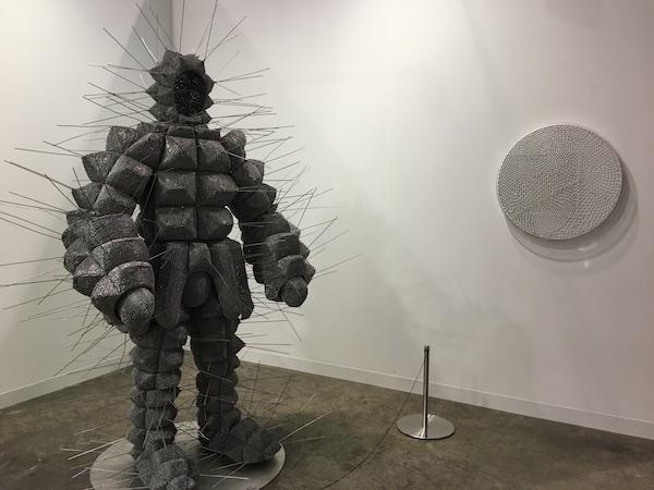 另一些画廊并不像前述画廊那般活跃于亚洲艺术市场,巴塞尔艺术展香港展会是他们涉足亚洲市场的唯一落脚点,但他们已在这个平台上耕耘了多年。来自伦敦的Wilkinson画廊此番带来了全球不同地区艺术家的作品,其中包括新加坡艺术家张奕满的《傅科摆,无爱繁殖,模式识别,当我们谈论爱情时我们在谈论什么》,这件作品实际上是由四本书和四个杯子组成的。画廊主Amanda Wilkinson向澎湃新闻(www.