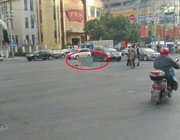 上海一路口发生车祸两人被撞,一人抢救无效死