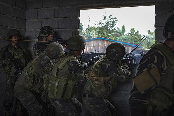 菲军方击毙数十武装分子解救过百人质