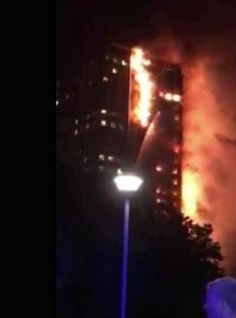 英国伦敦一栋公寓楼突发大火:火势猛烈吞没建筑,有人被困