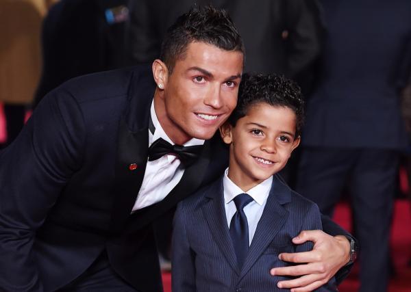 足球巨星C罗双胞胎孩子降生