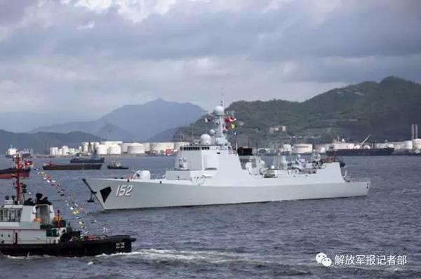 7月7日上午,海军辽宁舰航母编队抵达香港.