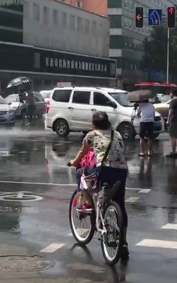 """山西长治交警回应""""洒水车为交警降雨"""":拍微电影,情节需要"""