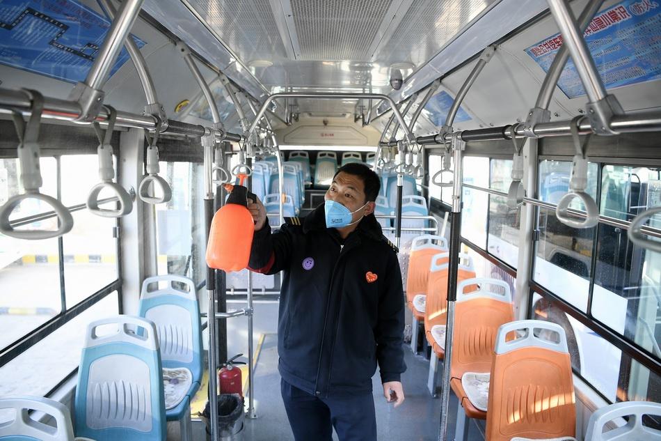 2月10日,在银川市公共交通有限公司北门停车场,工作人员在对公交车进行消毒。 当日,为应对复工后的出行需求,银川市恢复主城区(绕城高速以内)所有公交线路,并将根据实际需求,适时开通定制通勤专线。 新华社 图