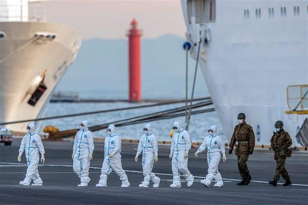 检疫人员和日本武士在横滨港口