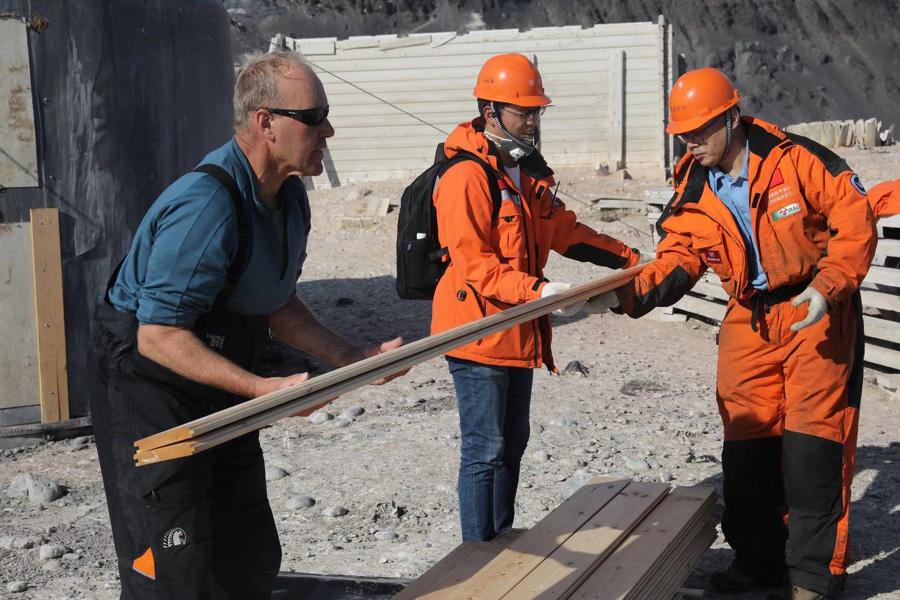 中国科考队员和新西兰队员共同作业。