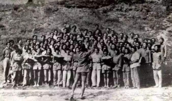 """1939年5月11日庆祝鲁艺成立一周年的音乐晚会上,冼星海亲自指挥由一百多人组成的合唱团,演唱自己谱曲、光未然作词的《黄河大合唱》。刚一唱完,毛泽东主席就从座位上站了起来,连声称赞""""好!好!好""""。"""