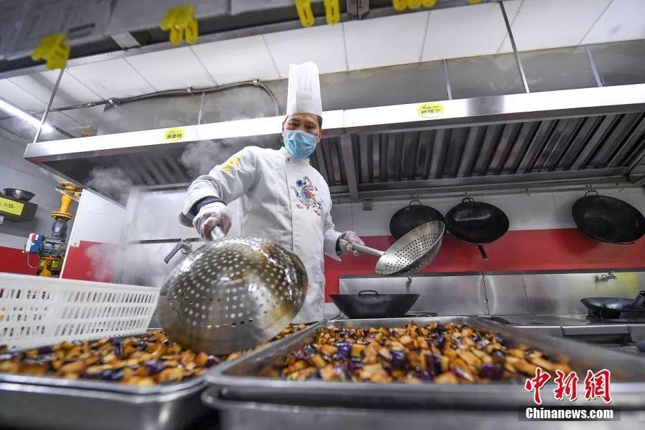 2月11日,厨师烹饪外卖餐食。