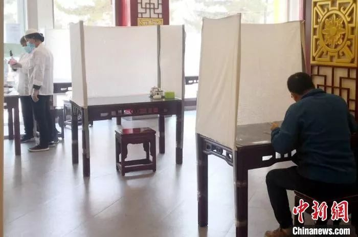 """在甘肃庆阳,一家牛肉面馆用""""土办法""""改进就餐环境,避免飞沫传播病毒。"""