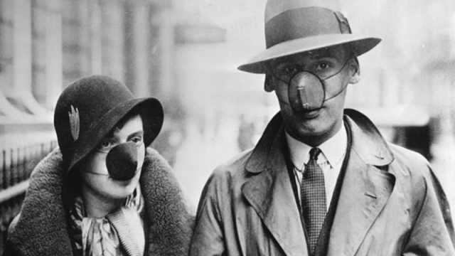 """1918年西班牙流感中,旧金山街头不戴口罩的人会被罚5美元,并被叫做""""口罩懒鬼""""。"""