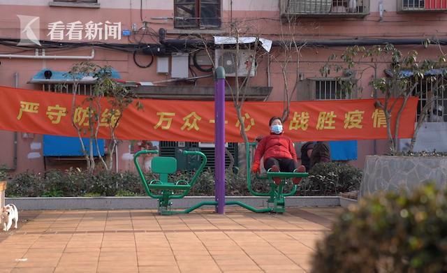 普陀区宜川三村小区内,有居民戴着口罩在锻炼。