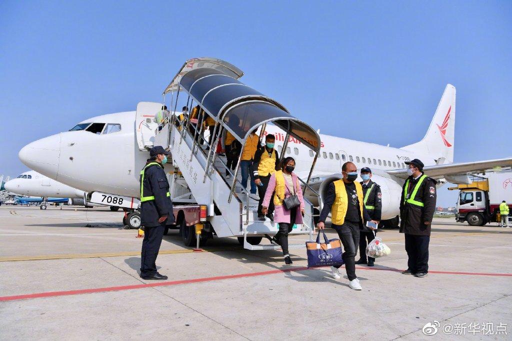 2月19日,101名云南籍务工人员乘坐DR5345次航班由云南芒市飞抵福建泉州晋江国际机场。 @新华视点 图