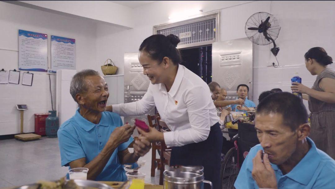 怎样才能网上赚钱:微视频|湖北英山县孔家坊乡一名养老护理员的