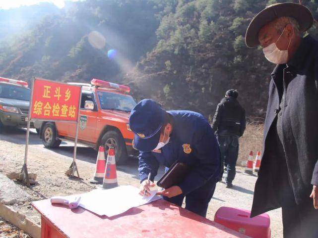沿途每个村子都有防疫卡点 。