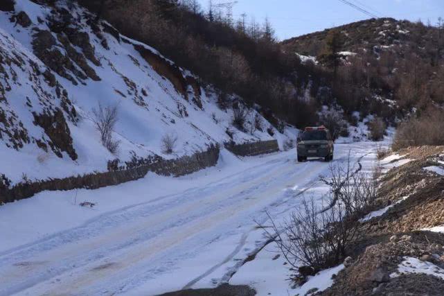 路上遇到道路结冰。