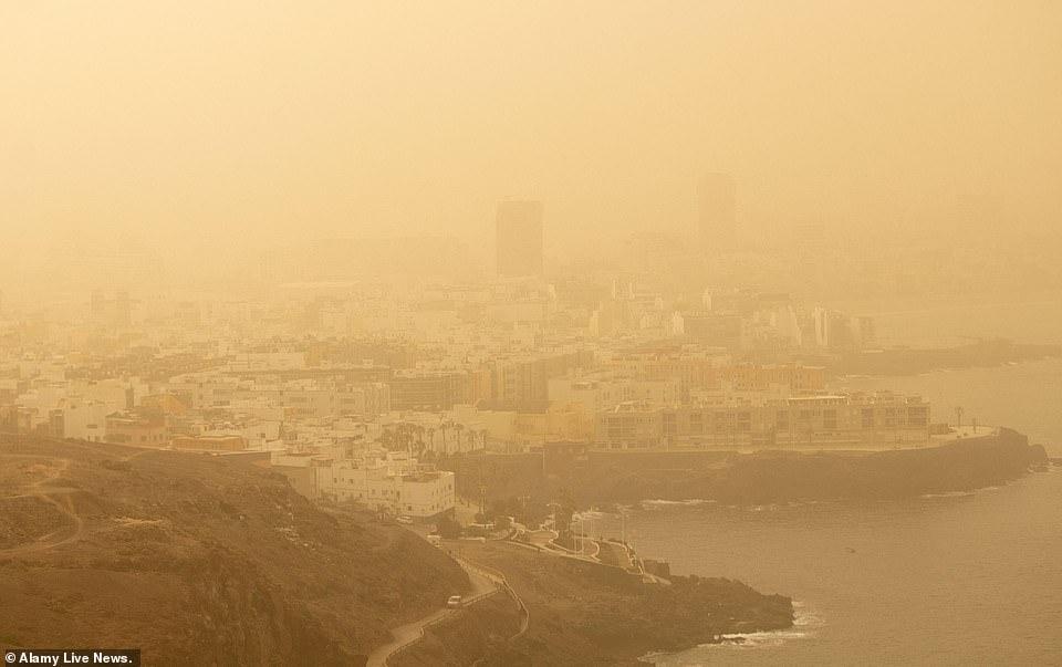 沙尘暴袭击后的城市景象 Alamy Live News