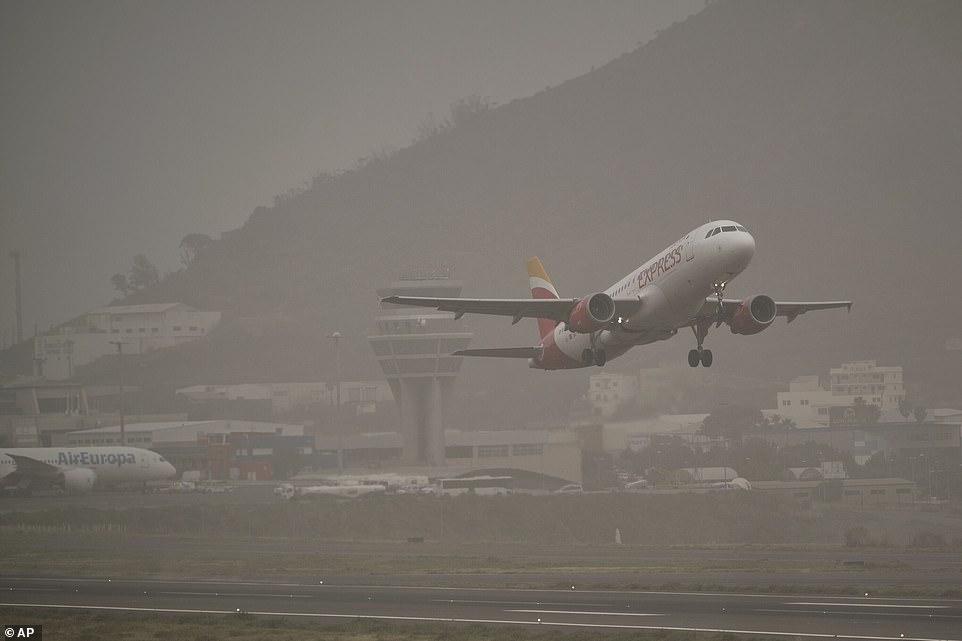 沙尘暴适度缓解,一架客机从圣克鲁斯-德特内里费机场起飞 AP图