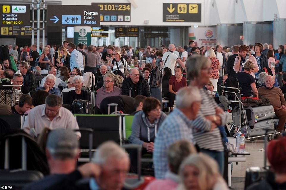 被困在机场的大批旅客 EPA图