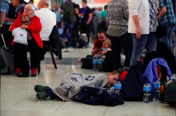 拉帕尔玛机场里滞留的游客只能睡在地板上 Borja Suarez路透社 图