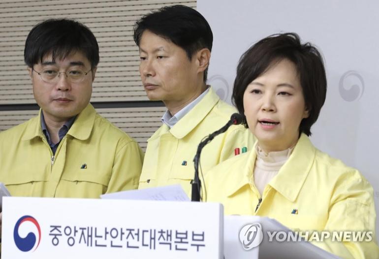 韩国食品医药品安全处处长李仪卿(右)