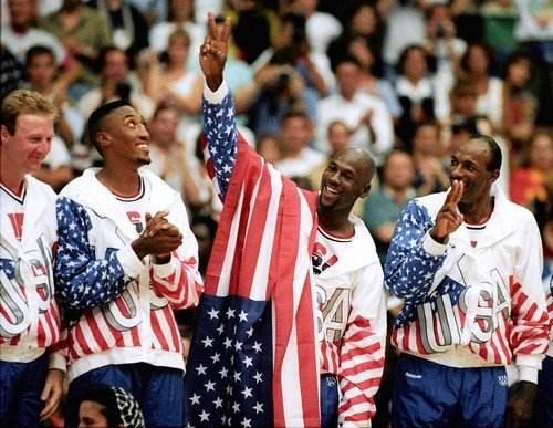 """在1992年巴塞罗那奥运会中,乔丹带领着美国男篮""""梦之队""""轻松赢得冠军图片"""