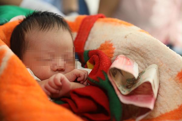 母亲捂被独自睡对婴儿不管不顾,郑州铁警凭细节破跨省贩婴案