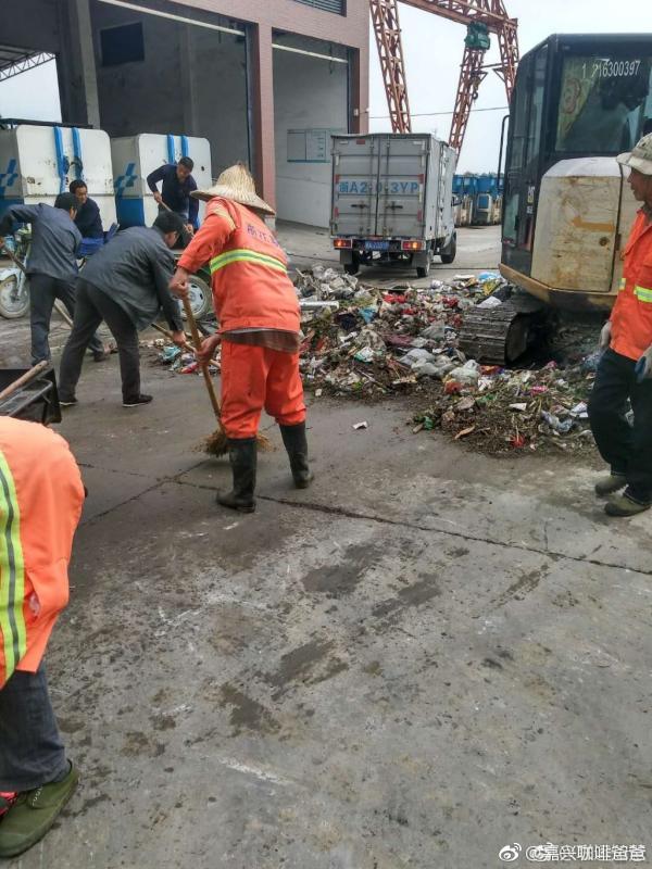 嘉兴夫妻俩误扔5万元货款,十多名环卫工翻垃圾堆2小时寻回