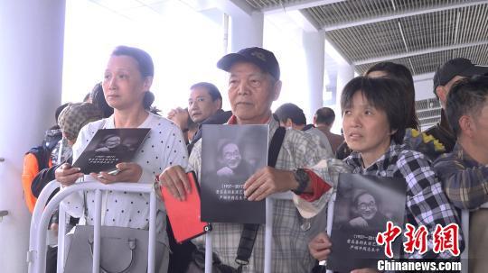 严顺开追悼会昨日在上海龙华殡仪馆举行,众多文艺界人士参加