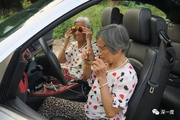 """""""谢谢老铁!对对对"""":快手最红奶奶和背后城中村的年轻推手"""