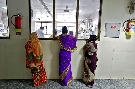 印度断氧门丨医护人员忙于接待官员,家属需自购医疗物资
