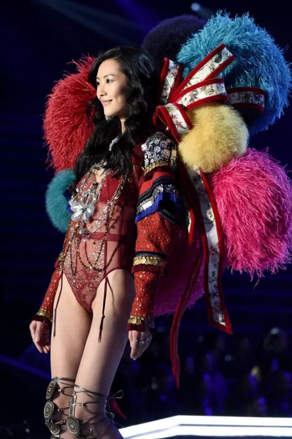 """奚梦瑶摔倒没什么,""""上海这场是有史以来最出色的维密秀"""""""