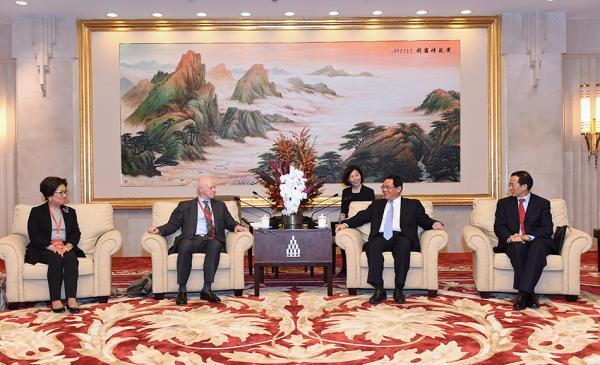 上海市委书记李强会见中国证监会国际顾问委员会委员一行