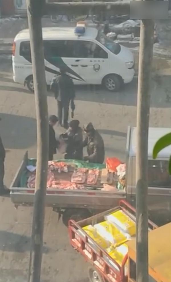 """黑龙江密山回应""""城管买肉未付钱"""":涉事者停止工作接受调查"""