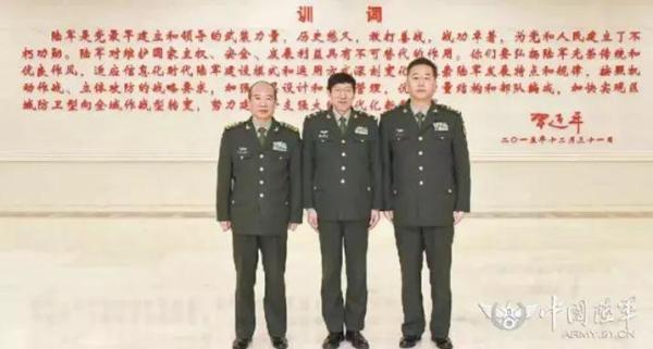 合影时站在陆军司令和政委中间的军人是谁?