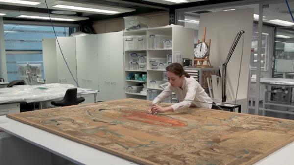 看大英博物馆的修复师怎样修复这幅敦煌刺绣?
